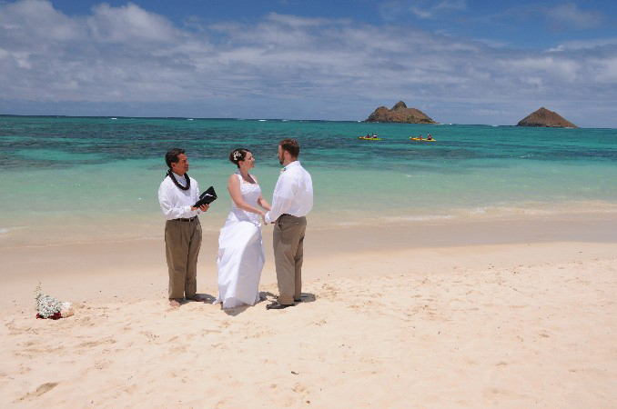 This Beach Is Particularly Famous For The Beautiful Turqoise Color Ocean And Gives Us Great Scenery Wedding Photos Lanikai